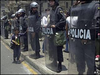 Policías peruanos en Lima.