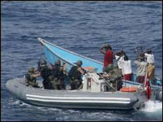 دورية بحرية لمكافحة القرصنة