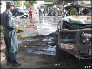 Policía afgano en el lugar del atentado