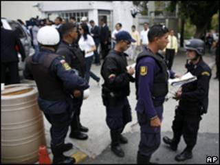 Policiais na sede da Globovisión após o ataque desta segunda