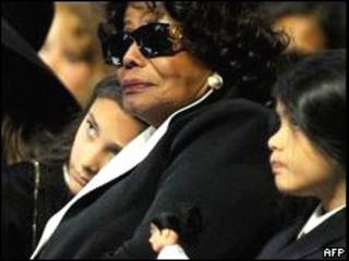 والدة مايكل جاكسون وأبناؤه