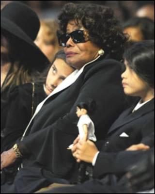 A mãe de Michael Jackson, Katherine, ao lado da neta, Paris no enterro do cantor