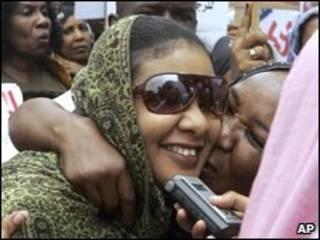 Lubna Ahmed Hussein é cumprimentada por manifestantes ao chegar para julgamento em Cartum