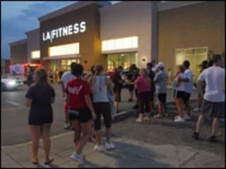 Tumulto do lado de fora da academia LA Fitness. Foto: Joe Appel / Tribune Review
