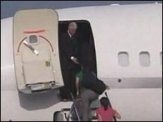 بیل کلینتون همراه با لی و لینگ به آمریکا بازگشت