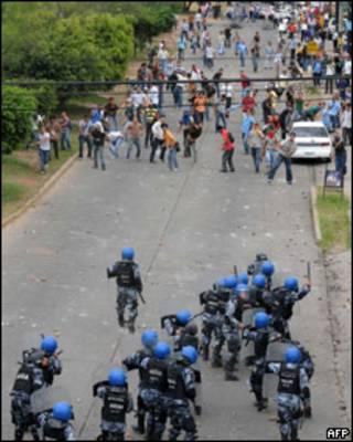 Enfrentamiento entre la policía y seguidores de Zelaya