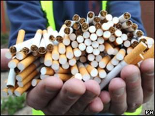 СигаретыКуча сигарет в руках