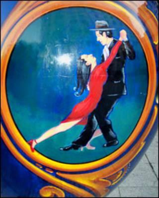 Pareja bailnado tango, pintada en una artesanía