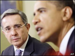 O presidente colombiano, Álvaro Uribe, e o colega americano, Barack Obama (arquivo)