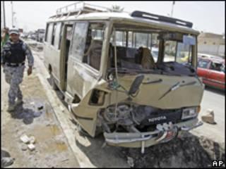 Ônibus com peregrinos xiitas atingido por bomba em Bagdá (AP, 7 de agosto)