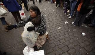 Una mendiga pide dinero en las calles de Buenos Aires, Argentina.