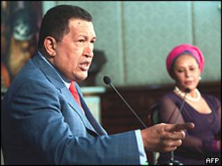 El presidente venezolano, Hugo Chávez, junto a la senadora colombiana, Piedad Córdoba, 7 agosto 2009