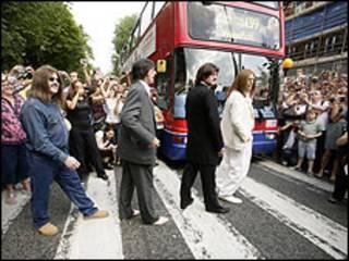Fãs comemoram em frente à faixa de pedestres (arquivo)
