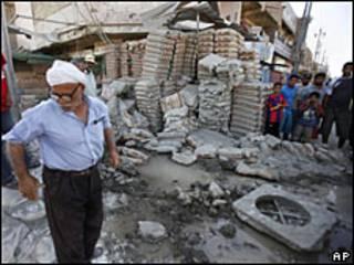 Destrozos por una bomba en Bagdad