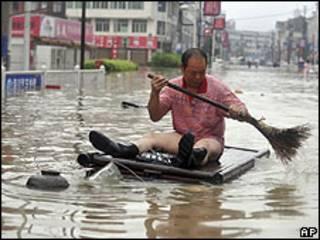 Homem em enchente na China