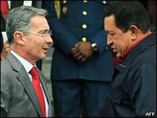 Álvaro Uribe (izq.) y Hugo Chávez