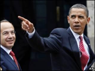 o presidente do México, Felipe Calderón (esq.), e o presidente americano, Barack Obama, durante encontro em Guadalajara, nesta segunda-feira (AP)