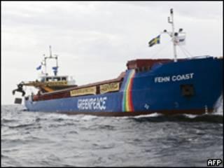 Foto divulgada pelo Greenpeace mostra navio de organização jogando bloco de granito na costa sueca (AFP, 10 de agosto)