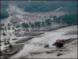 انهار جزء من جبل قريب من البلدة مما ادى الى انجراف التربة