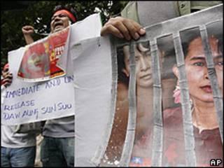 Segudiores de Suu Kyi protestan frente a la embajada birmana en Bangkok, Tailandia