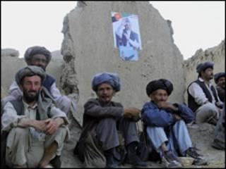 مردان افغان در کنار پوستر انتخاباتی حامد کرزی
