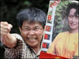 Partidário de Suu Kyi protestya contra condenação de ativista no Japão (AFP, 11 de agosto)