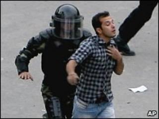 بازداشت تظاهرکننده ایرانی توسط پلیس ضدشورش