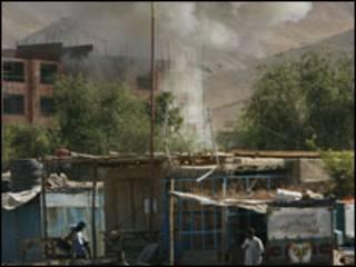 ألسنة الدخان تنبعث من أحد المباني الذي استولى عليه المسلحون