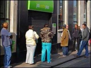 عاطلون ينتظرون امام مركز اعلانات عن عمل
