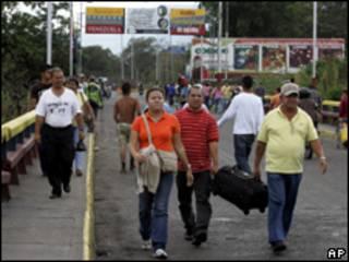 Pessoas caminha pela ponte que liga as cidades de Urena, na Venezuela, e Cucuta, na Colômbia (AP, 29  de julho)