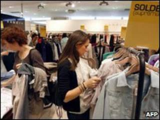 متسوقون في متجر في فرنسا