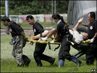 Nhân viên Chữ Thập Đỏ cáng một người bị thương