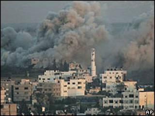 El humo sale de la ciudad  de Gaza durante la operación israelí, 13 de enero de 2009