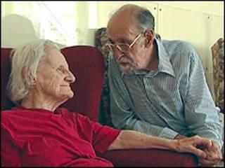 Jeff cuida de su esposa Kitty, afectada por el mal Alzheimer