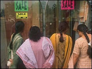 Mujeres frente a vitrina en India