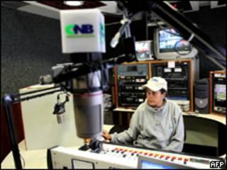 Funcionário no estúdio da rádio CNB, em Caracas (AFP, 2 de agosto)