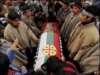 Indígenas mapuches rodean al féretro de Jaime Facundo Mendoza Collío