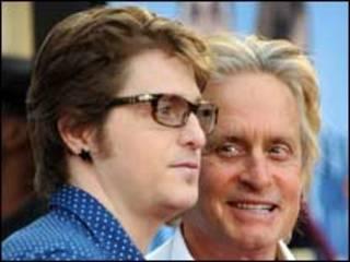 مايكل دوجلاس ينظر لابنه كاميرون
