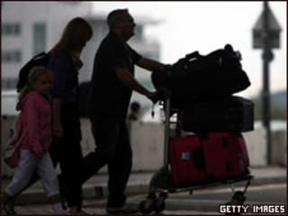 विमानतल पर यात्री