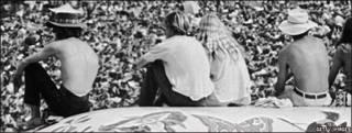 Un grupo de jóvenes asiste al multitudinario concierto de Woodstock en 1969
