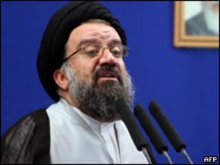 Ahmad Khatami durante as orações desta sexta-feira (AFP, 14 de agosto)