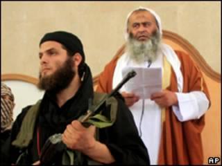 O clérigo Abdel-Latif Moussa (ao fundo) durante o sermão desta sexta-feira (AP)