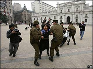 Policía detiene a mapuches frente a La Moneda.