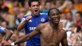 Drogba (trước) và Ballack trong trận thắng Hull 2-1 (Getty)
