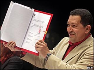 Hugo Chávez muestra su rúbrica en la nueva ley