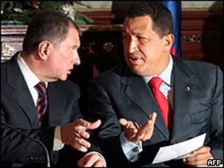 El viceprimer ministro ruso, Igor Sechin, con Hugo Chávez, presidente de Venezuela. Foto de Archivo.