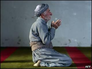 Curdo reza em mesquita no norte do Iraque (AFP, arquivo)