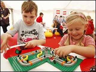 Niños jugando con legos
