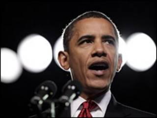 """قال الرئيس الأمريكي باراك أوباما إنه لا يجب أن يتوقع أحد تحقيق نصر سريع أو سهل على طالبان في أفغانستان. إلا أنه قال أمام اجتماع لمحاربين سابقين في ولاية أريزونا إن النزاع في أفغانستان """"حرب ضرورية""""، أي لازمة لحماية الأمريكيين من الإرهاب. وأوضح قائلا: """"إذا تركت طالبان لشأنها فستتحول إلى منطقة آمنة لإيواء عناصر القاعدة التي ستتآمر لقتل مزيد من الأمريكيين"""". وجاء حديث أوباما بعد أن انتهت الحملات الدعائية في أفغانستان استعدادا للانتخابات التي ستجري يوم الخميس القادم. وكان استطلاع للرأي أجرته إذاعة بي بي سي الناطقة باللغة الأفغانية قد أشار إلى أن الحكومة الأفغانية لا تسيطر على حوالي 30 في المائة من أراضي أفغانستان. وقد رفض ناطق باسم الرئيس الأفغاني حميد كرازي نتائج الاستطلاع، وقال إن هناك بعض المشاكل في أقاليم محدودة. ويسعى الرئيس أوباما إلى إنهاء الحرب في العراق التي لا تحظى بشعبية في أمريكا بينما يقوم بدعم العمليات العسكرية الجارية في أفغانستان. وهو يبذل جهدا لحشد التأييد للقتال ضد طالبان.  اختبار لأوباما ويعتزم أوباما إرسال قوات اضافية تبلغ 30 ألف عسكري إلى أفغانستان، وسيحكم التاريخ على إدراته طبقا لما يحققه من نجاح أو فشل هناك. ويقول أوباما إن هذه الحرب ضرورية، وليست اختيارا، لكن القوات الأمريكية فقدت 44 جنديا في أفغانستان في شهر يوليو/ تموز، ويشير استطلاع واحد للرأي على الأقل إلى انخفاض التأييد الشعبي لمهمة القوات الأمريكية هناك. ومن المتوقع أن تمثل الانتخابات الرئاسية وانتخابات الأقاليم التي ستجري الأسبوع الجاري في أفغانستان اختبارا للاستراتيجية الجديدة التي تتبعها الولايات المتحدة. وتعتمد ذهه الاستراتيجية على توفير الأمن على الأرض وتعمل أيضا على اشراك باكستان في بعض الخطوات التي تسعى إلى تعزيز الاستقرار في المنطقة. غير أن أوباما لم يناقش النتائج المحتملة التي يمكن أن تترتب على تلك الانتخابات. وكان حماس الولايات المتحدة للرئيس كرازي قد فتر خلال السنوات القليلة الماضية، وينظر إلى احتمال نجاحه في تولي فترة رئاسة ثانية في واشنطن بنوع من الحذر."""