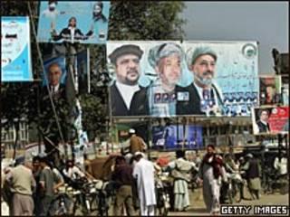Carteles de campaña en Kabul.